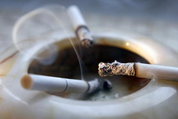 Индивидуализм помогает курильщикам начать и бросить