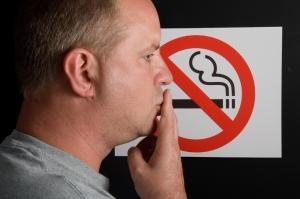 Чиновники планируют ввести официальные места для курения в подъезде