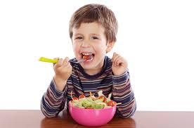 Научите ребенка правильно вести себя за столом