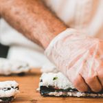 Инфекция на палочках. «Суши WOK» наказали за экономию на чистоте