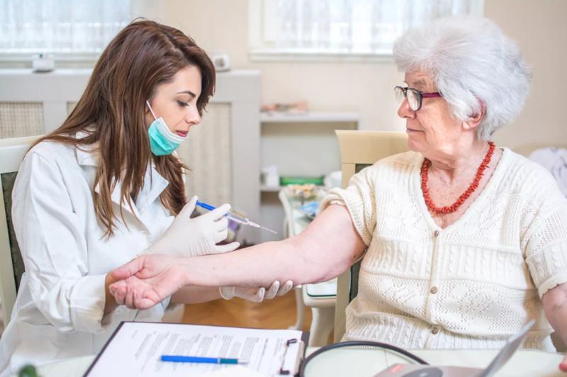 Роспотребнадзор предлагает разработать календарь прививок для пенсионеров