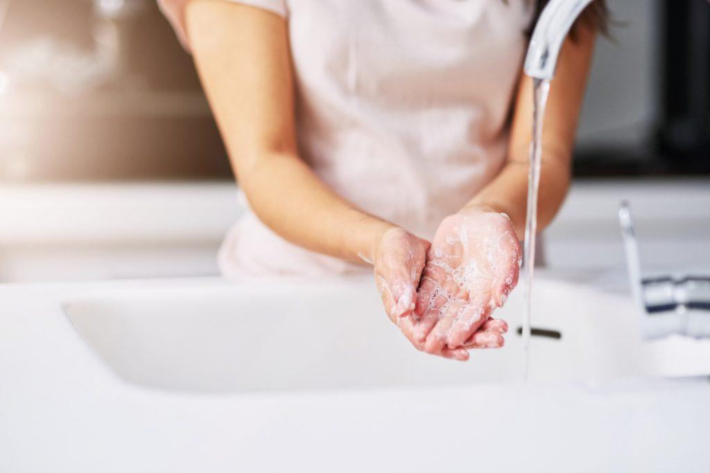 Дезинфекция рук бесполезна при гриппе