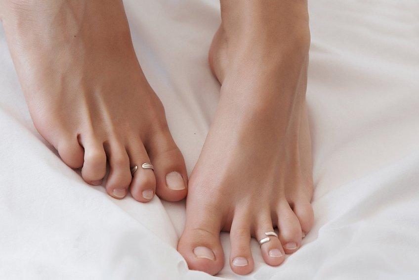 Шелушение кожи на ногах — причины и способ лечения