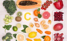 Пить горячую воду и витамин С: 6 советов от коронавируса, которые не работают