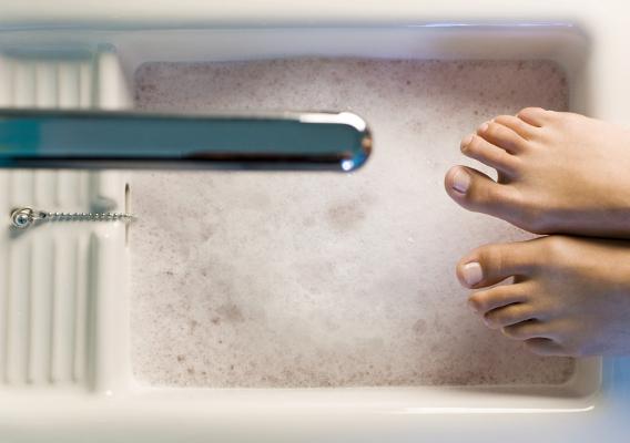 Парить ноги при простуде: полезно или вредно?